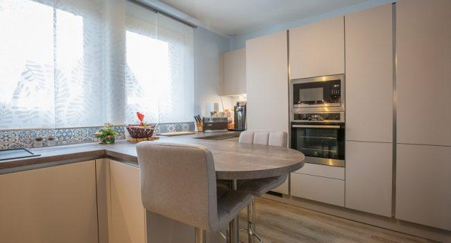 cuisine-avec-beaucoup-de-rangements-renovation